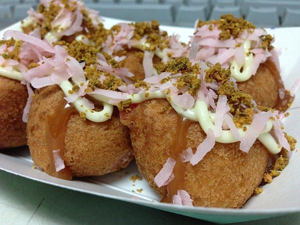 ドーナツでできたたこ焼き「Psycho Takoyaki(サイコ たこ焼き)」  よーく見を凝らして見ると、確かにドーナツ