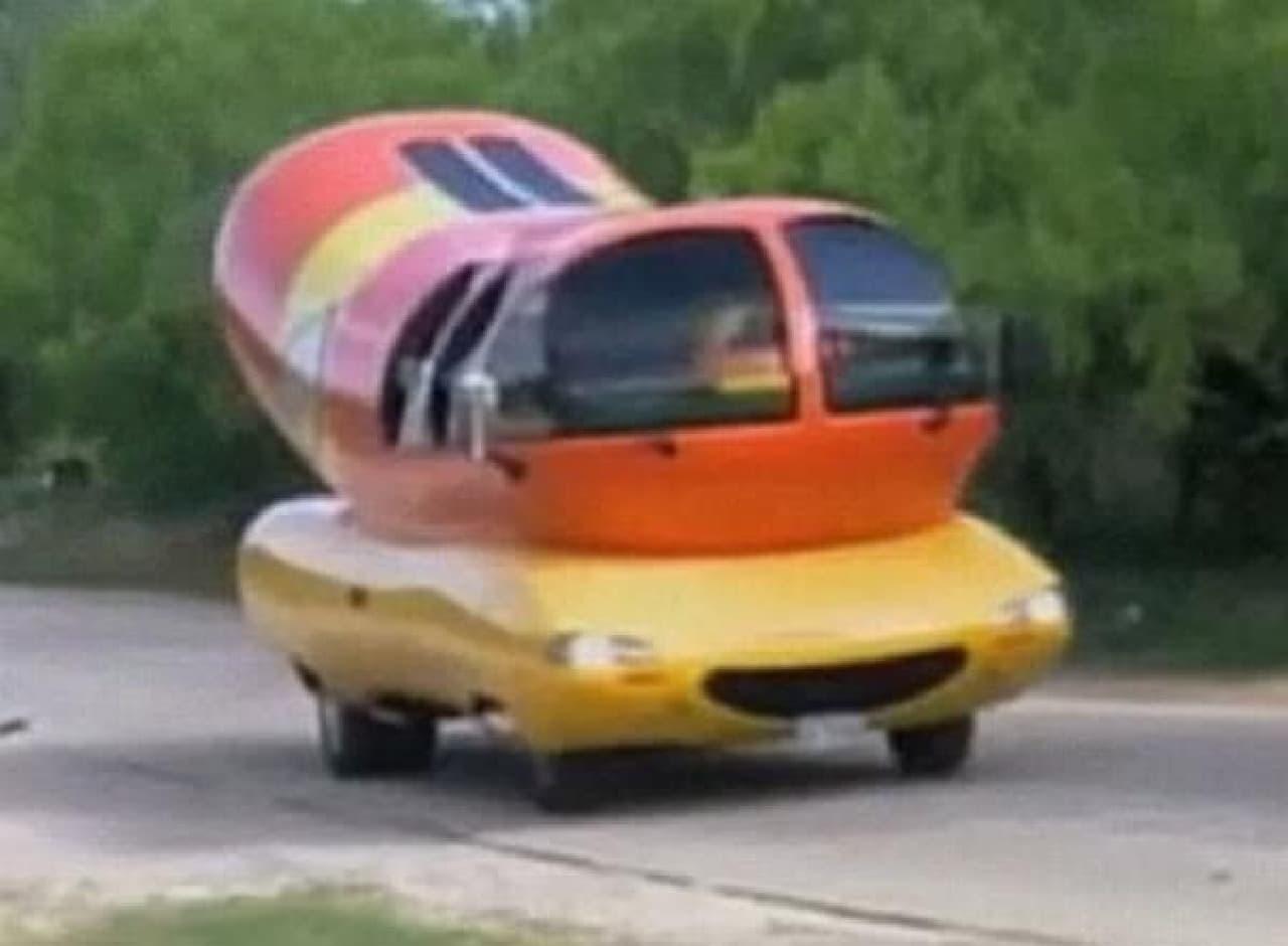 Cantrell 氏を乗せて街を走る「Wienermobile(ウィンナー号)」(出典:KRBC)