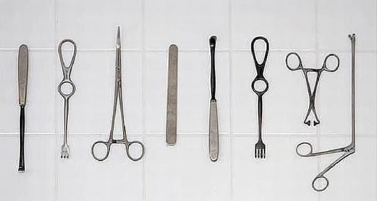 食事の際には、ナイフやフォークの代わりに、これら医療器具を使用します  医療器具は、すべて本物!