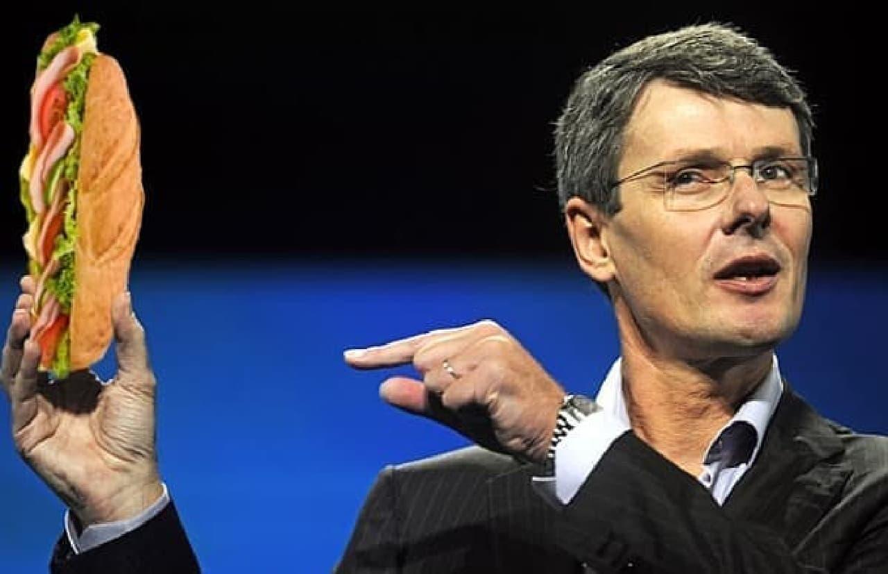 新型 BlackBerry を発表する Thorsten Heins 氏