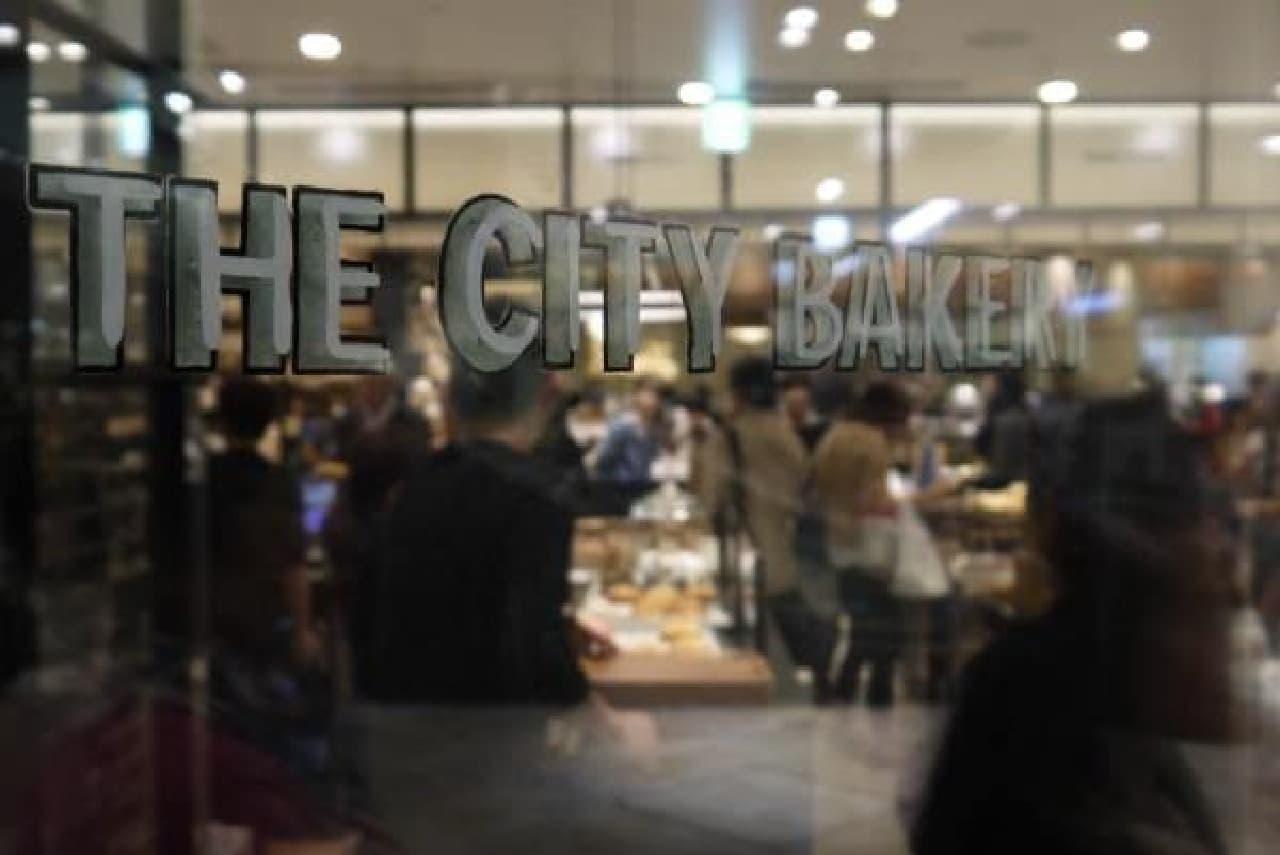 ベーカリーカフェは、地下1階の広場にあります