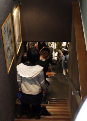 階段まで伸びる行列…