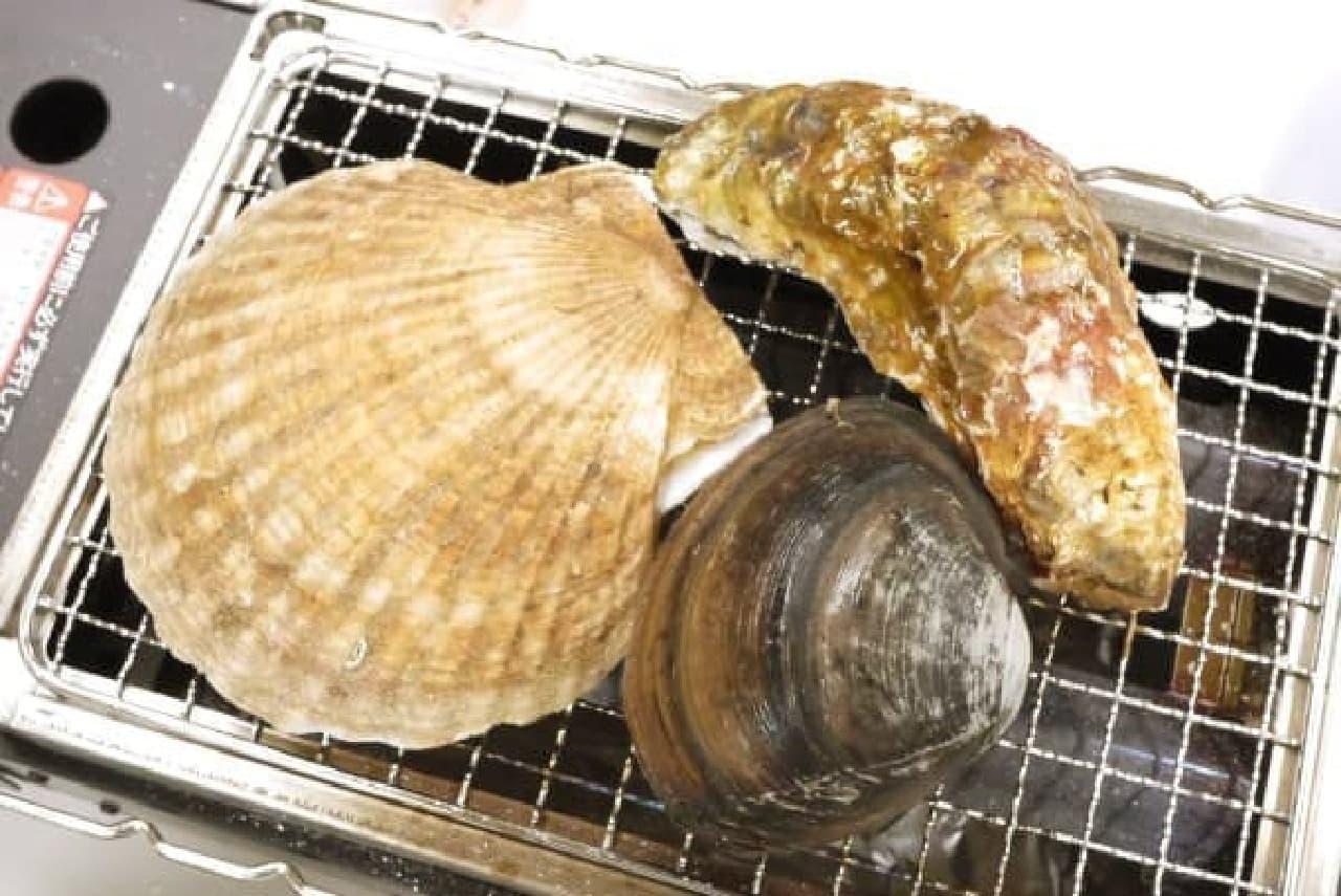 ホタテ、ホッキ貝、特大のカキ。  肉厚のホタテは食べごたえ抜群