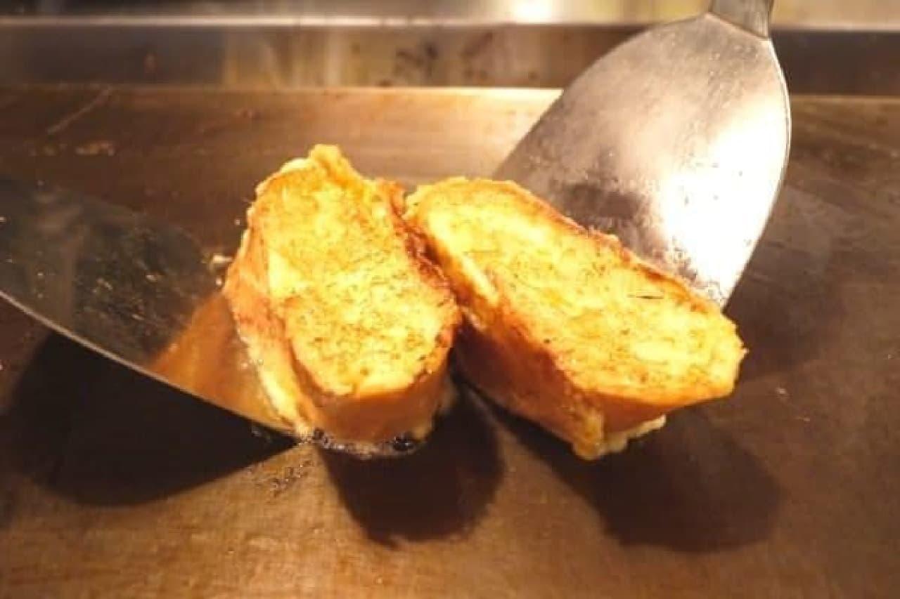 フレンチトーストも鉄板の上で焼き上げる