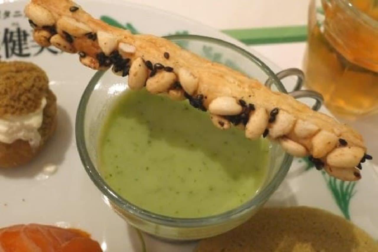 緑色の野菜たっぷりのスープ
