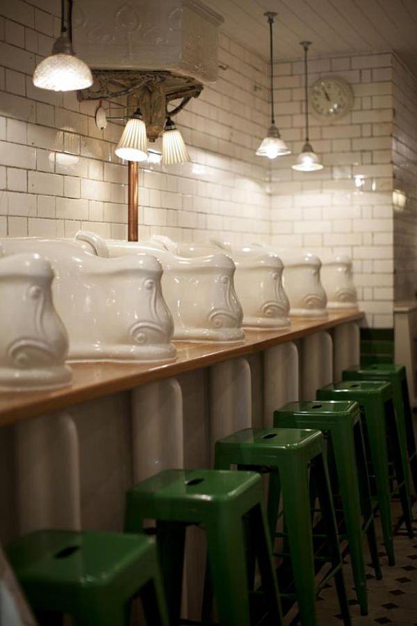 男性用トイレを改装して作ったサンドイッチバー「The Attendant」  小便器上にテーブルが設置されています