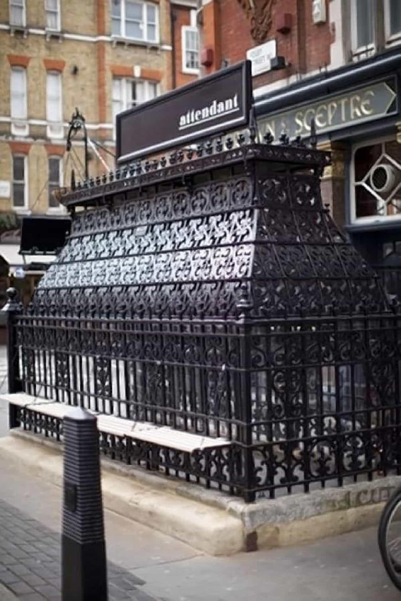 The Attendant の入り口周辺  外観はロンドン市内によくある公衆トイレそのままだ