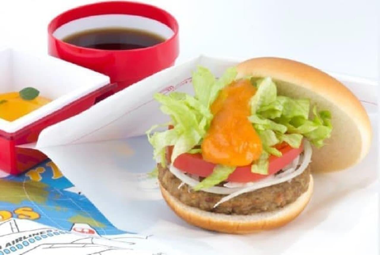 キャロットソースがポイントの野菜バーガー