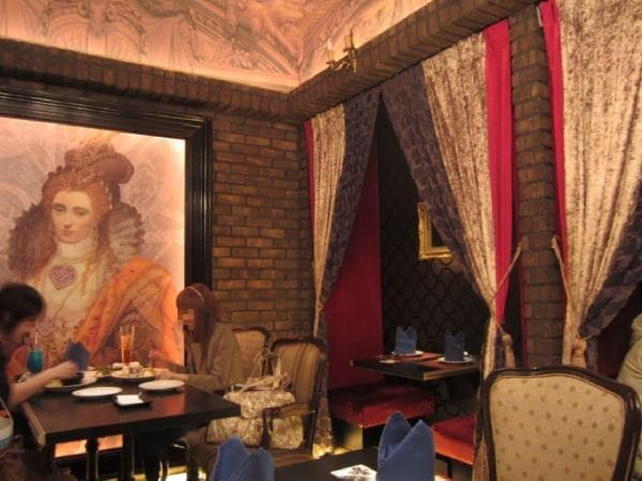 ハートの女王様の肖像画に見つめられています