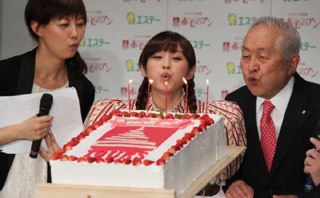 エステー 鈴木会長からサプライズケーキも贈られました
