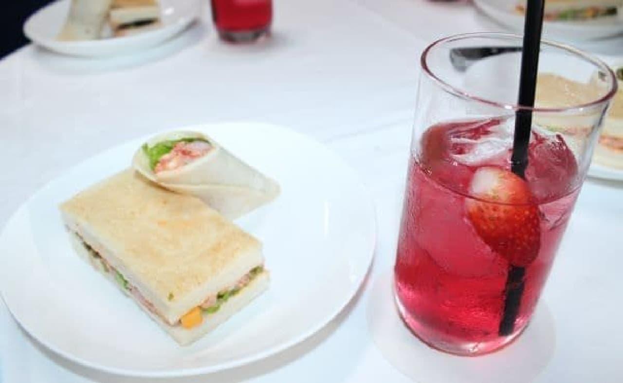 イチゴ水と、ロブスターを使用したサンドイッチ!
