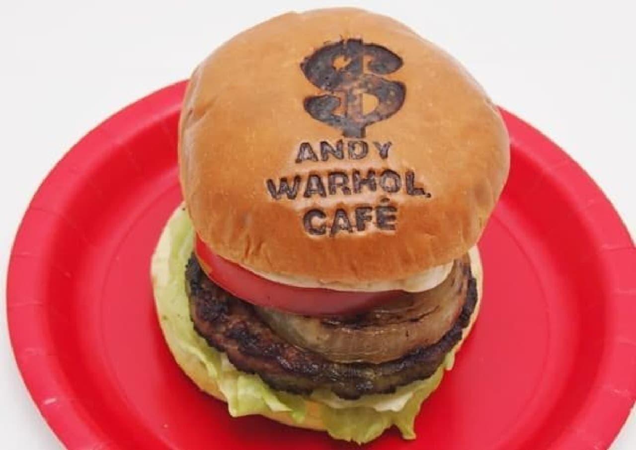 1985-1986の作品「ハンバーガー」をモチーフにしたバーガー