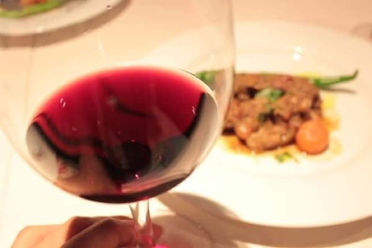 どっしりと存在感のある赤ワイン