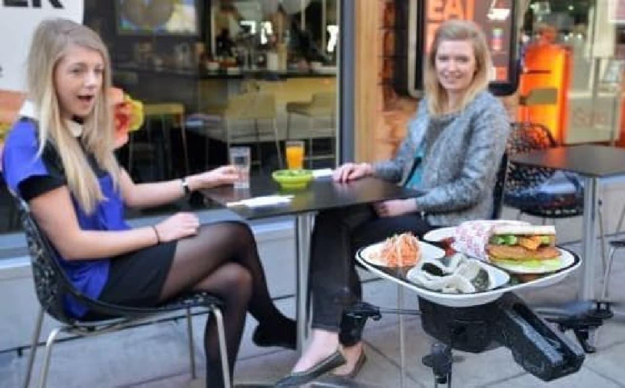 ロンドンの「YO! Sushi」が、リモコンヘリ「iTray」を試験導入