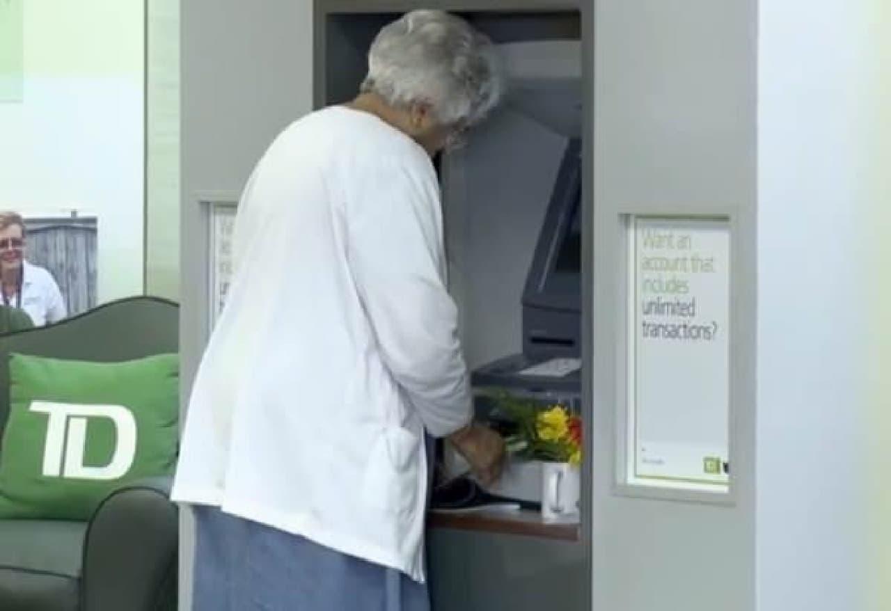 ATM「あなたは娘さんを助けるためにここにいますね?」  ドロシーさん「はい」