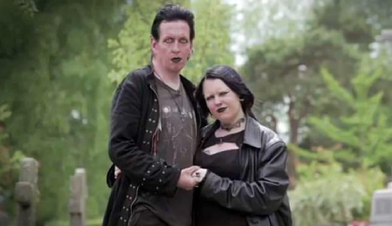 ハロウィーンに結婚する2人