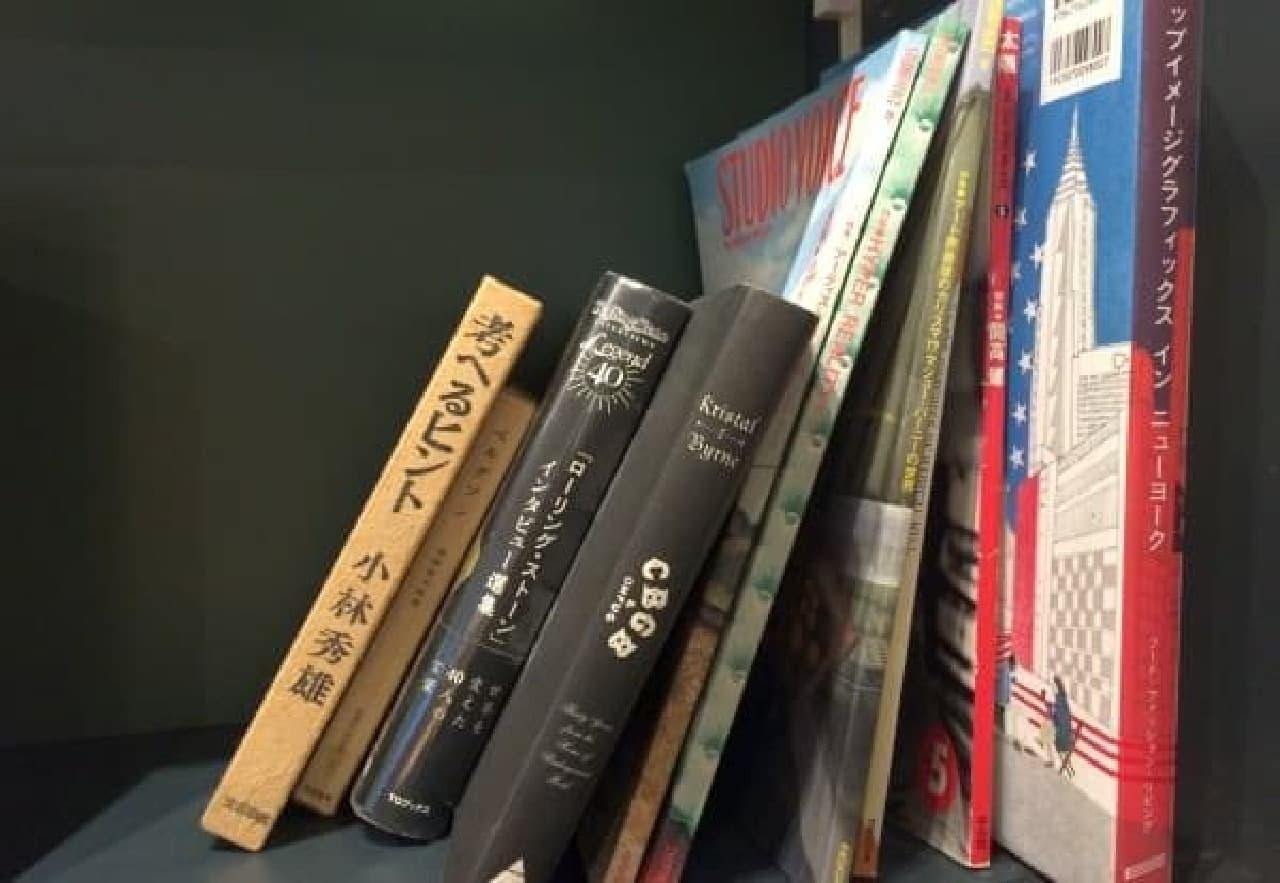 壁際の本棚には、コアな書籍も多数
