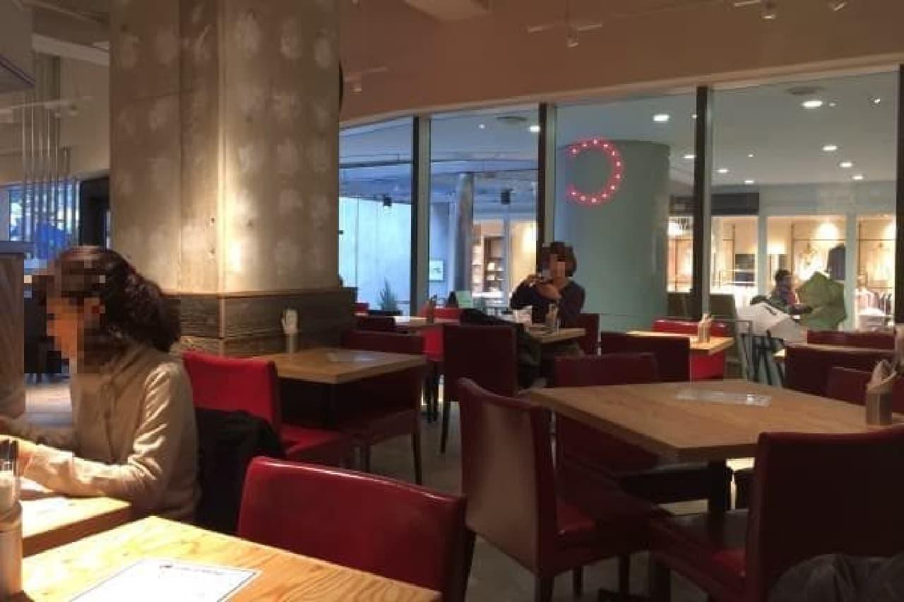 広々としたカフェ空間