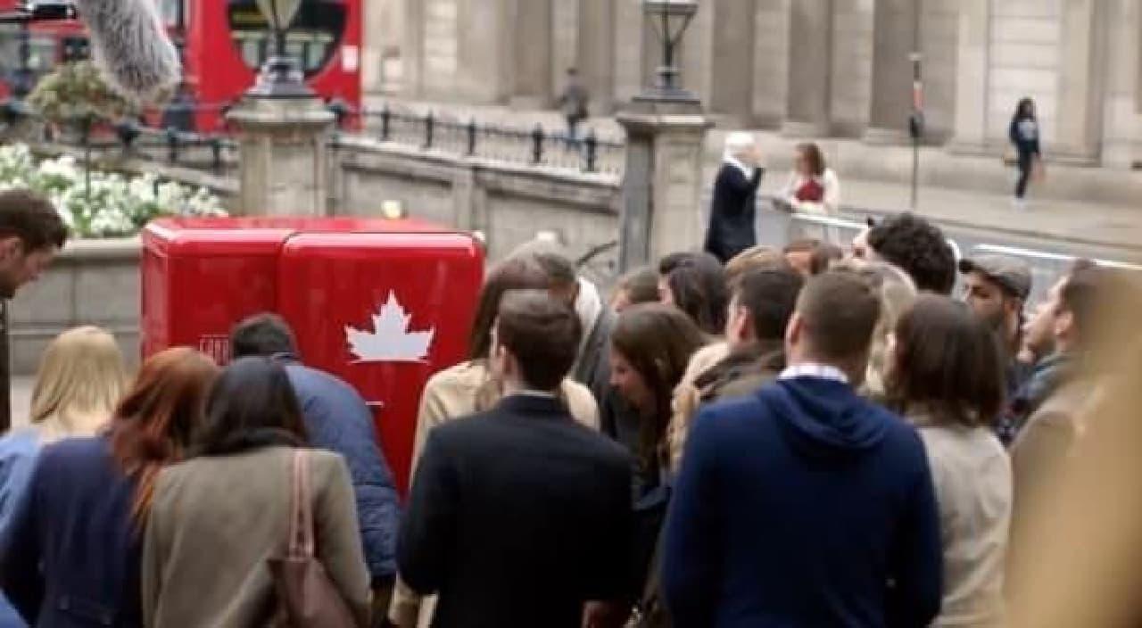 みんな、かたずを飲んで見守る  (出典:Molson Canadian 公式 Youtube チャンネル)