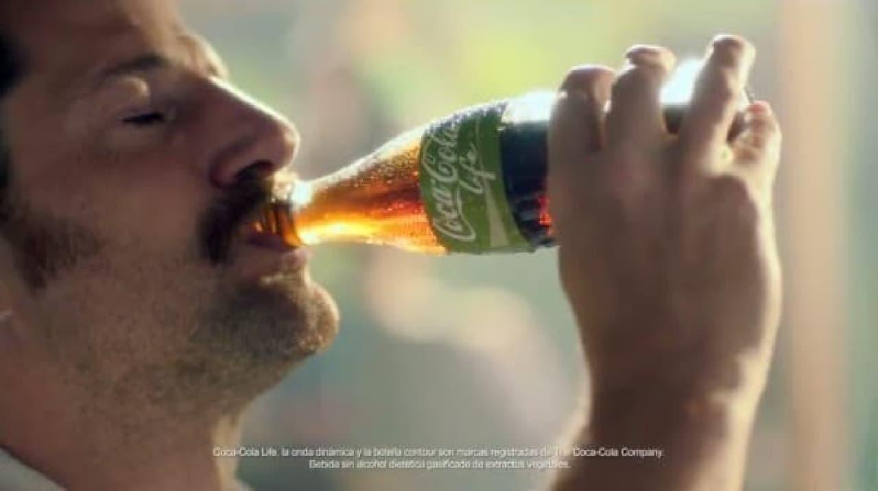 おいしそうに飲むなぁ  (出典:Coca-Cola Argentina)