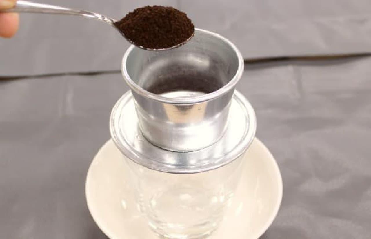 スプーン3杯のベトナムコーヒー豆を入れます
