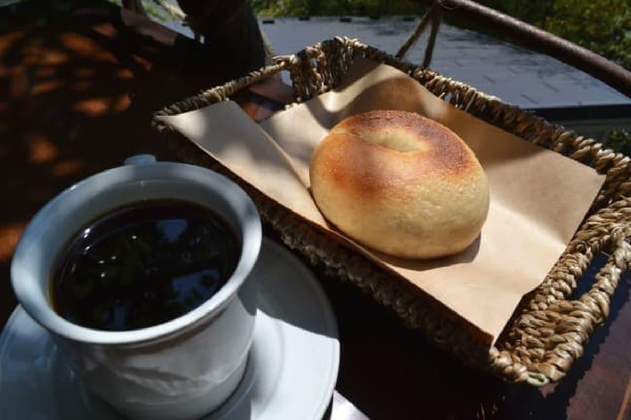 シンプルなカップと編みカゴがオシャレ