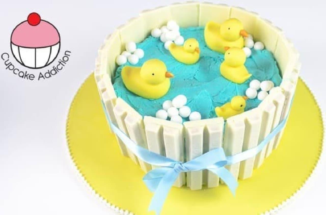 キットカットの柵で囲ったアヒルのお池ケーキ