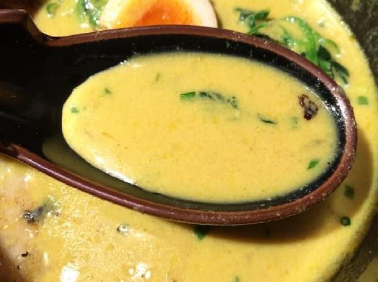 とろみのあるスープは、とにかく初めて体験する味!