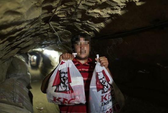 地下トンネル経由でフライドチキンを密輸(出典:Daily Mirror)
