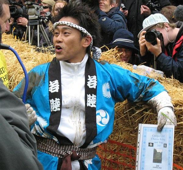 チーズ転がし祭りに参加したタレントの宮川大輔さん(出典:Cheese Rolling 公式サイト)