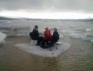 浮氷上でピクニックをしながら、救助を待つ5人の米国人(出典:ICE-SAR)