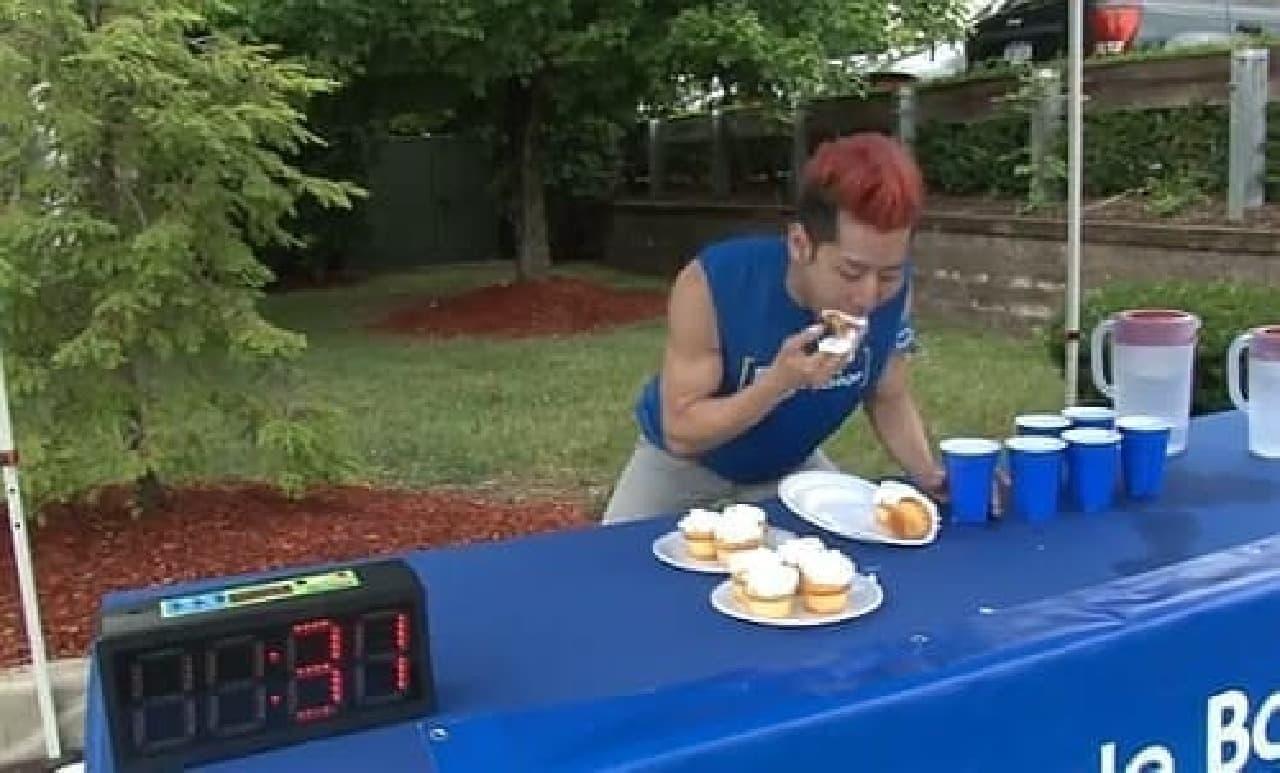 カップケーキ早食いの世界記録にチャレンジ中の小林さん
