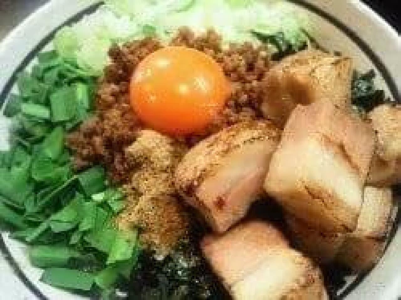 メニューのひとつ、「ど肉台湾まぜそば」。  ど肉というように、肉食系にはもってこいの一品