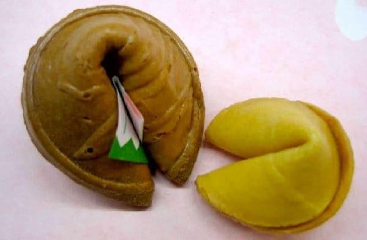 原型となった日本のお菓子(左)と、フォーチュンクッキー(右)
