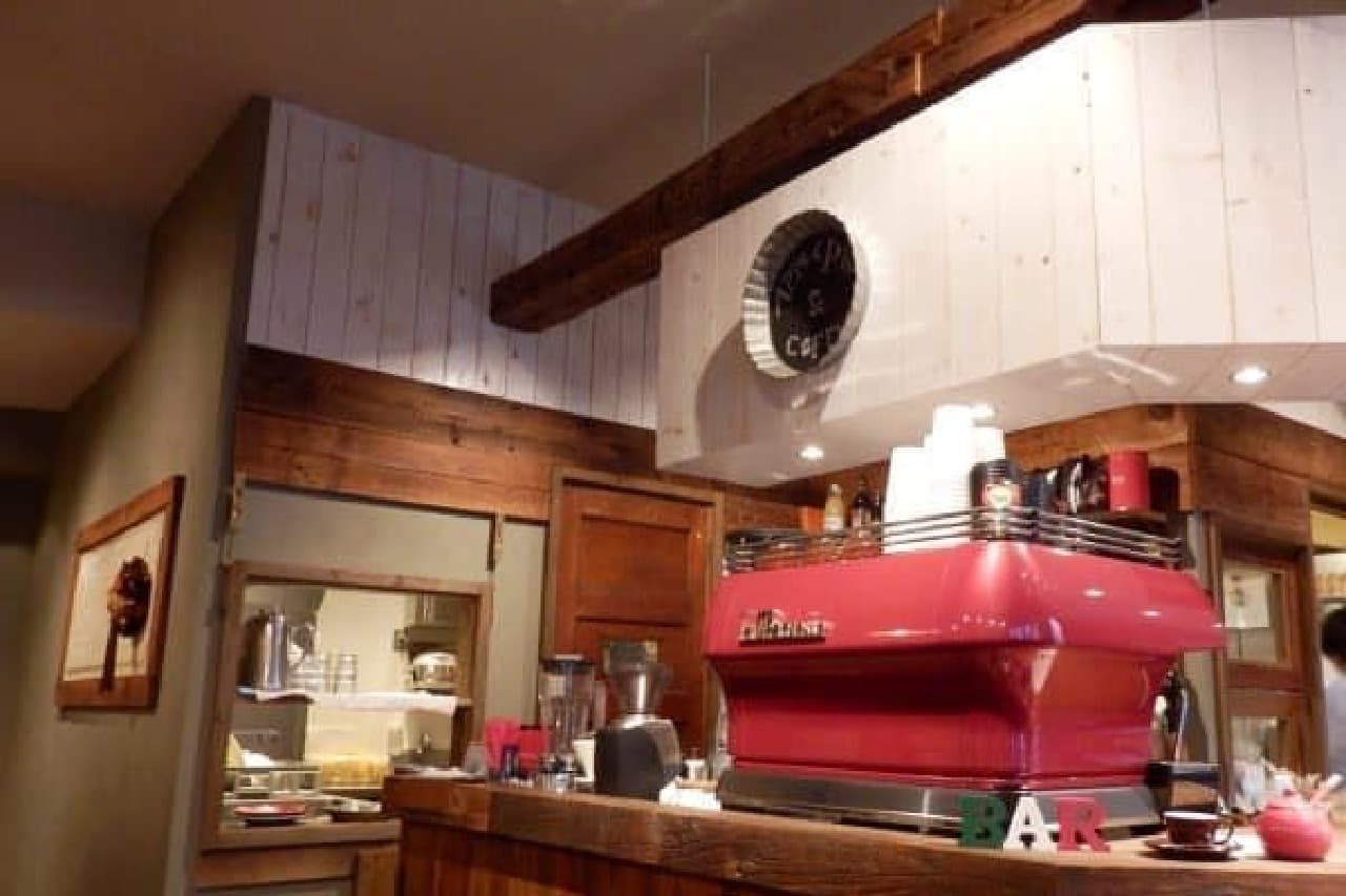 赤いコーヒーマシンがかわいい