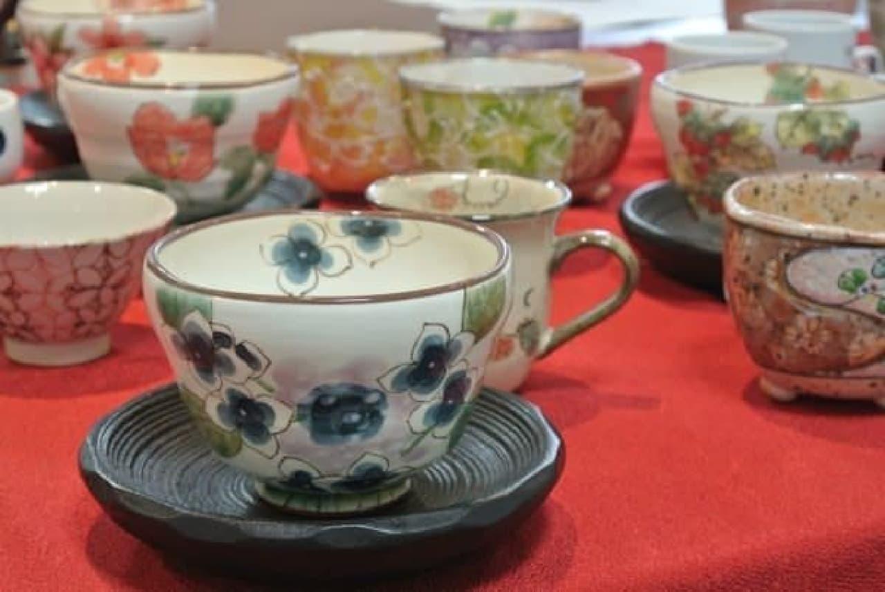約50種の「湯飲み茶わんの壁」からお気に入りを選んで