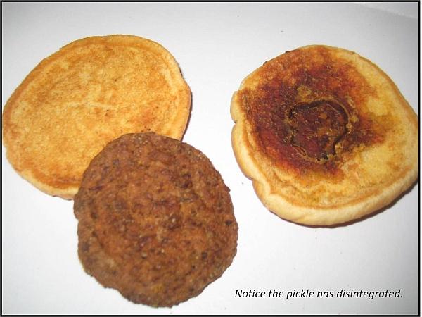 ハンバーガーの内部  確かに、ピクルスが消滅している!(出典:CBS Television Distribution)