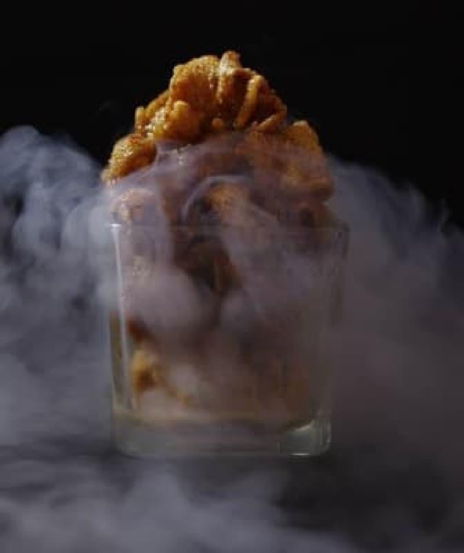 鶏皮揚げが、白い煙に包まれる…