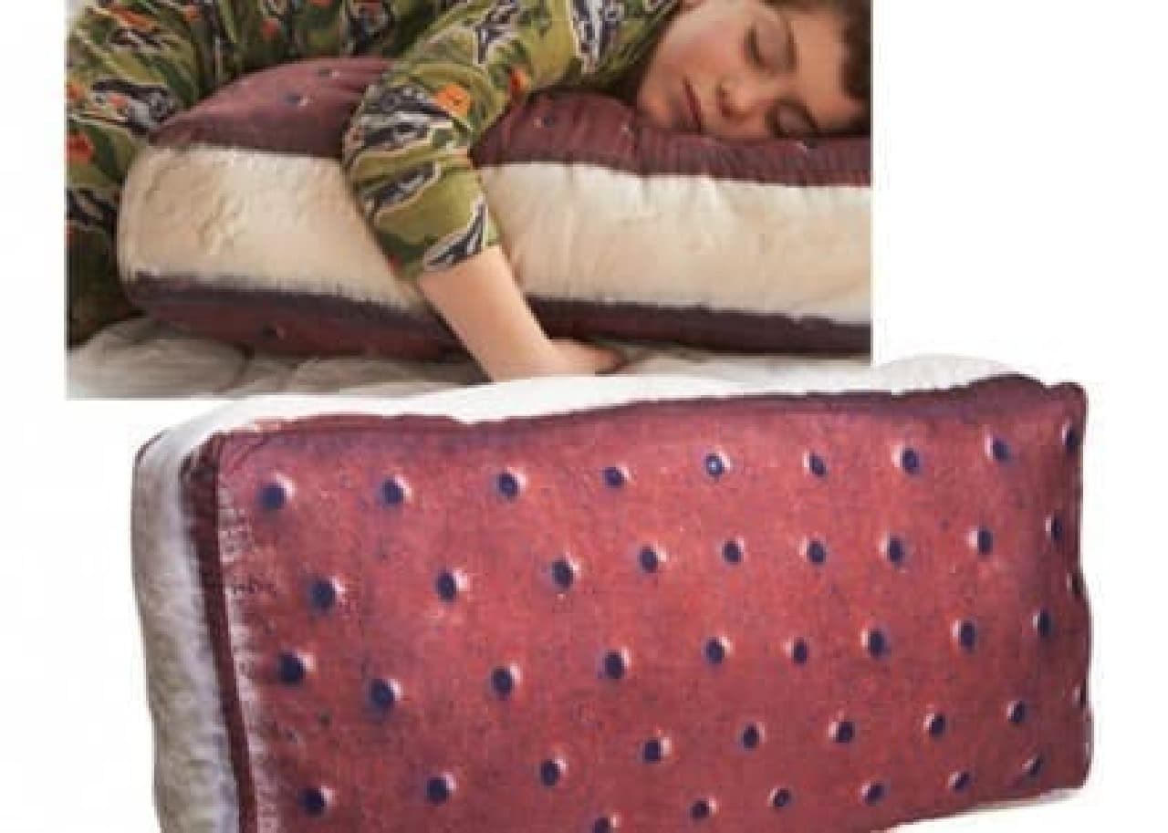 「Ice Cream Sandwith Pillow(アイスクリームサンドイッチ枕)」  涼しそうというより、おいしそう?