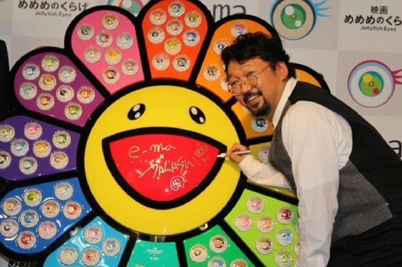 村上隆さんと今回のコラボ商品!  (UHA 味覚糖「めめめのくらげ×e-ma お披露目イベント」にて)