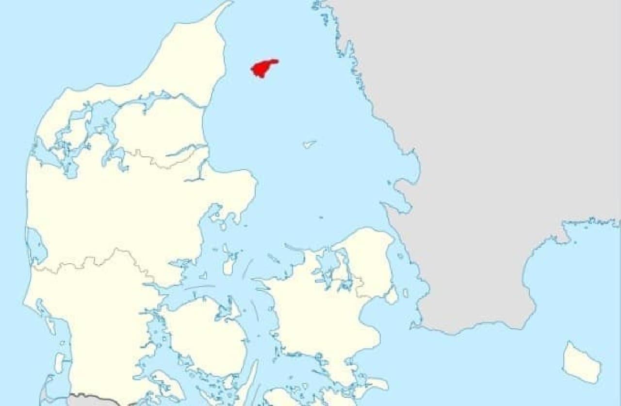 海に囲まれた赤い部分が Laeso 島  (出典:Wikipedia / Rotsee)