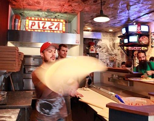 Pizza Brain に併設されたピザ屋さん  見よ!熟練の技!