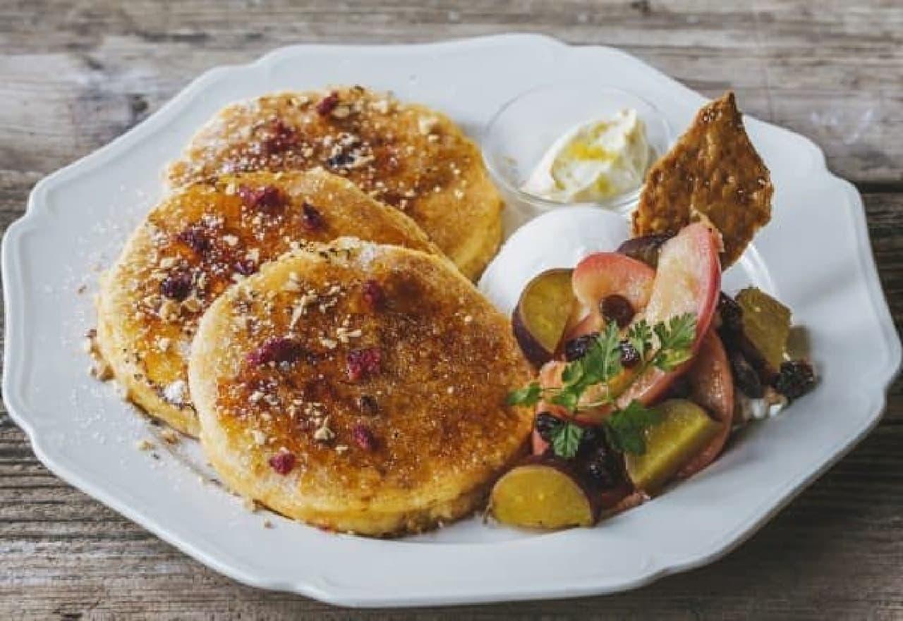 秋の贅沢スイーツ「さつまいもとりんごのフレンチパンケーキ」