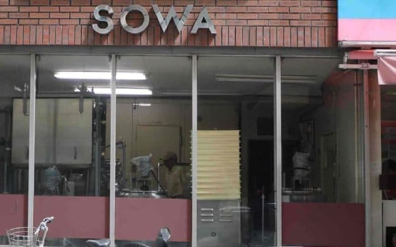 商品は、店舗横の工場で手作りされています