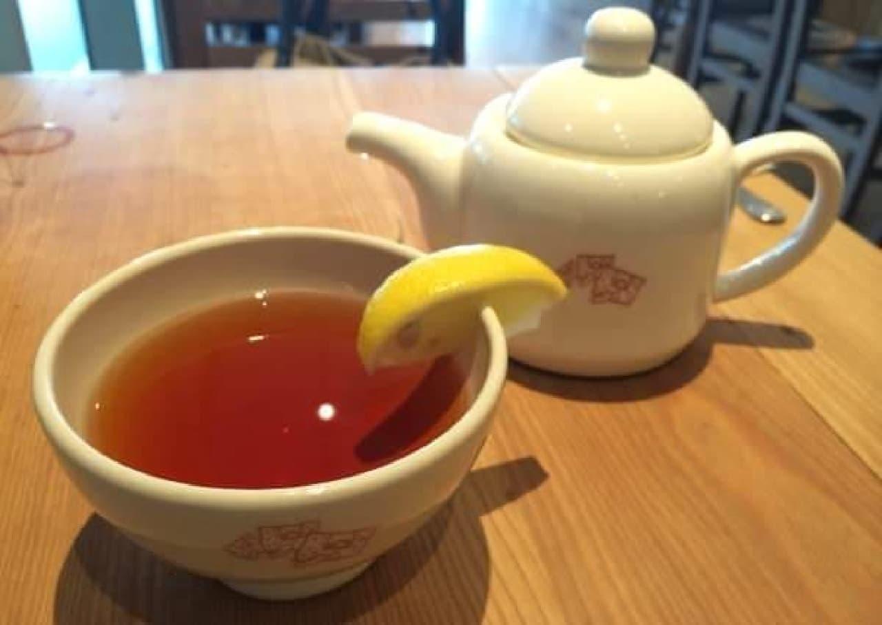 食後には紅茶をいただく