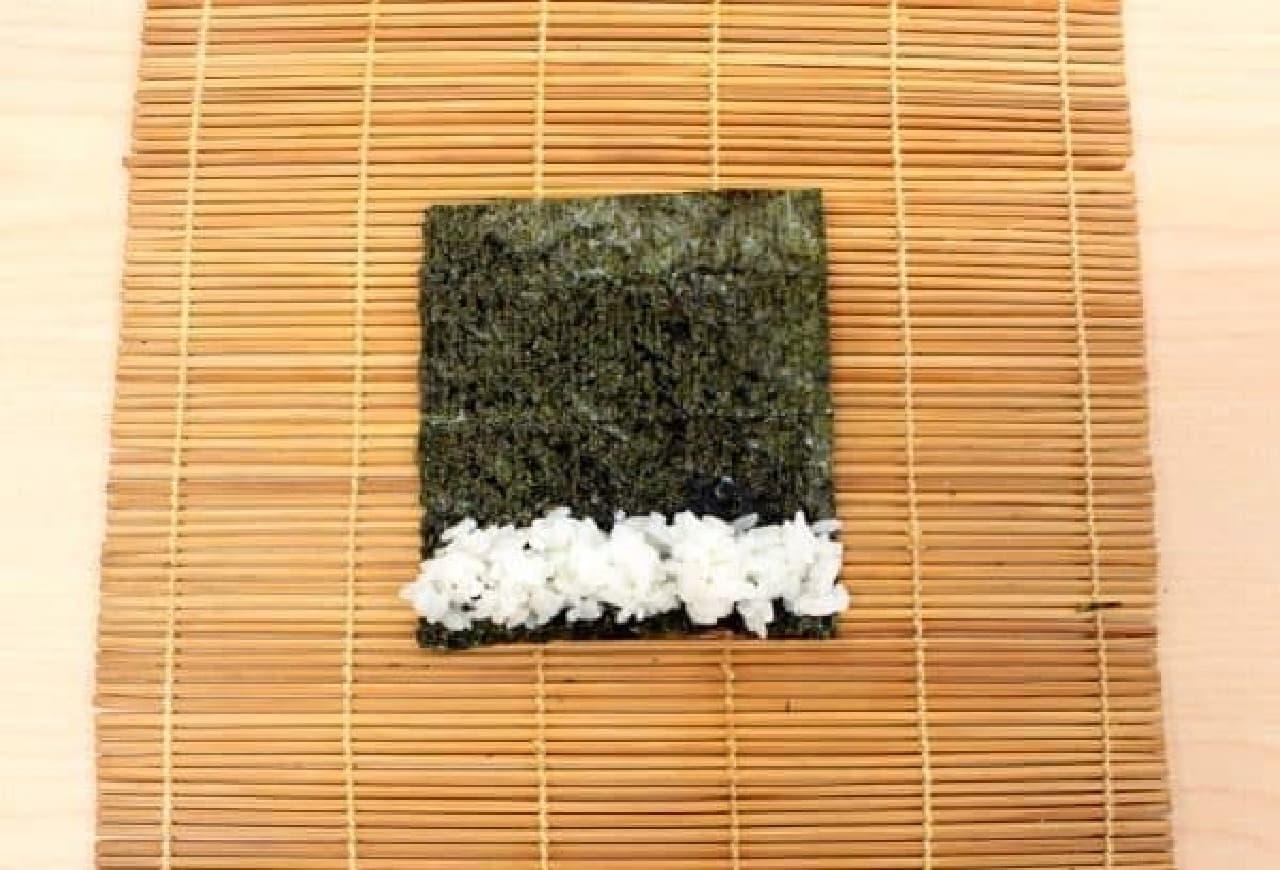 小さく切った海苔にご飯をのせて