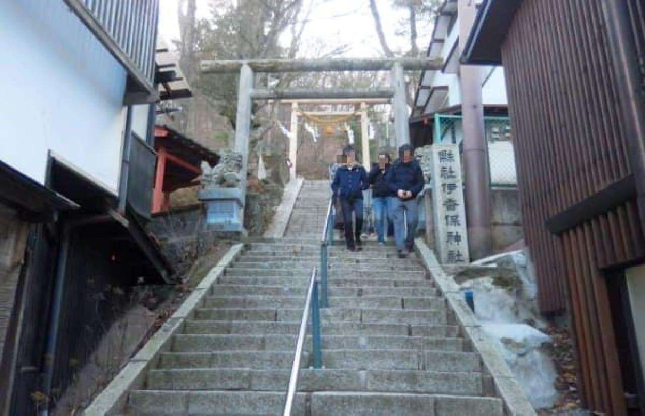 この石段をのぼれば伊香保神社