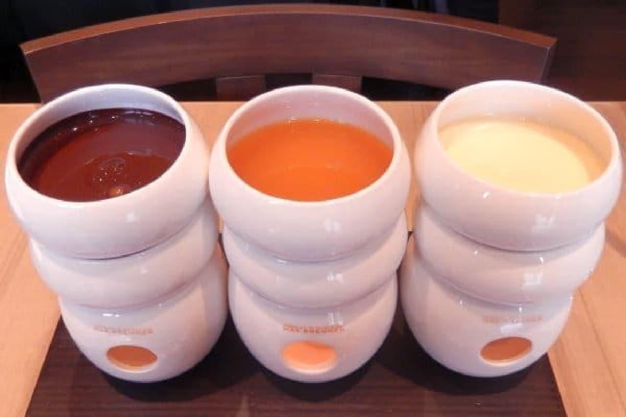 ソースは左から、ダークチョコ、キャラメル、ホワイトチョコ