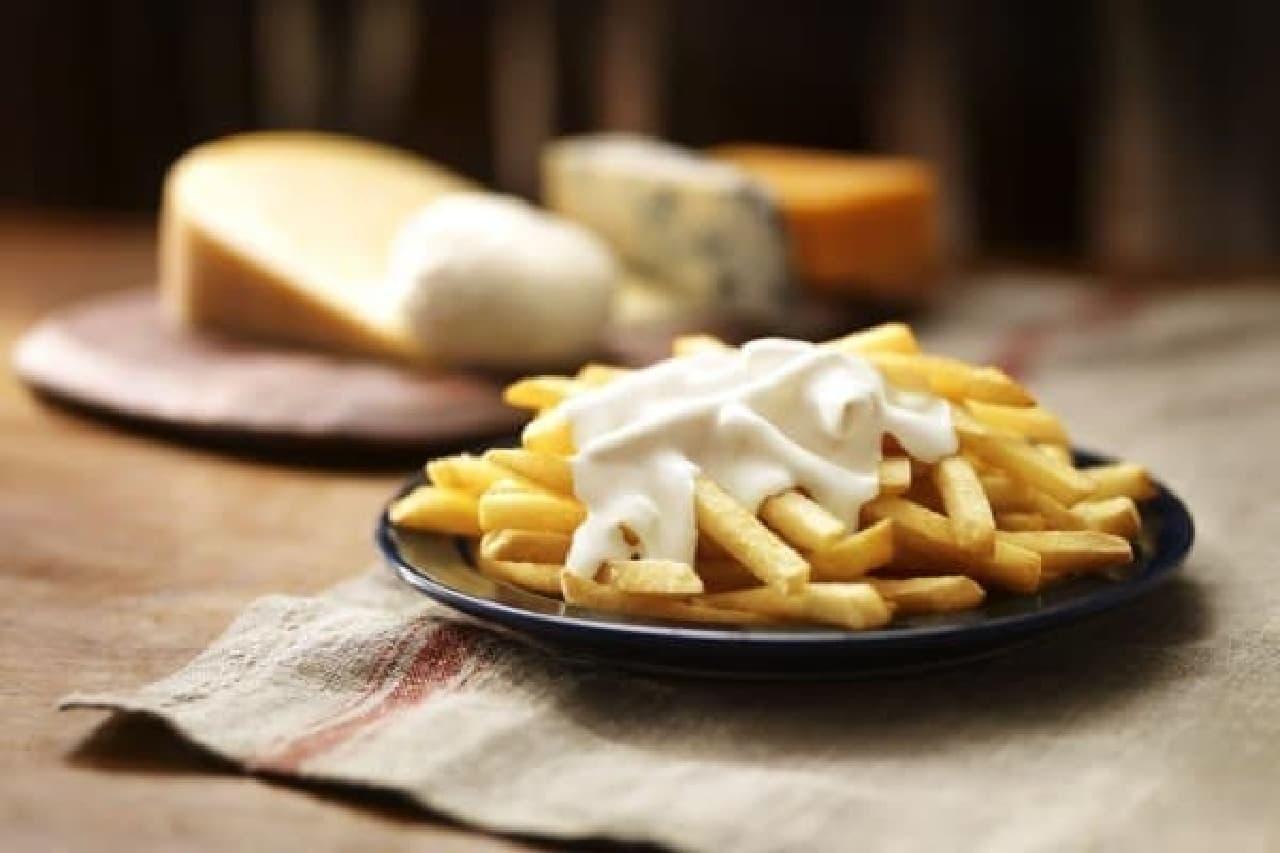 濃厚チーズソースをポテトにかけて