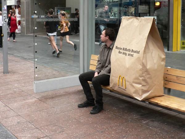 写真の巨大紙袋は、マクドナルドが2010年のゲリラキャンペーンで使用したものです